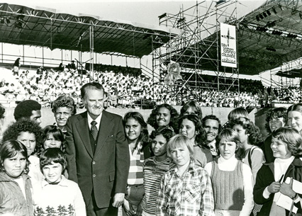 Australian children with Billy Graham (Photo courtesy of Ramon WIlliams)